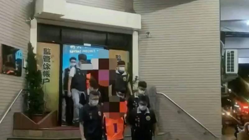 警方將顏嫌等共13人移送法法辦。(記者徐聖倫翻攝)