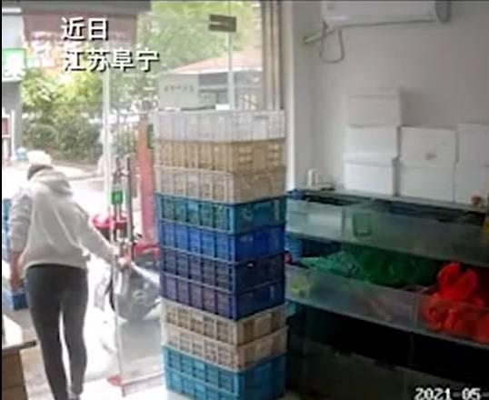 天兵老闆娘見店內蒼蠅多,拿了殺蟲劑到處噴灑,造成龍蝦全死。(圖翻攝自微博)