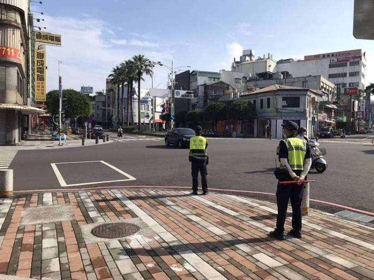 屏東警方進行3天交通大執法,在路口加強取締交通違規。(圖:警方提供)