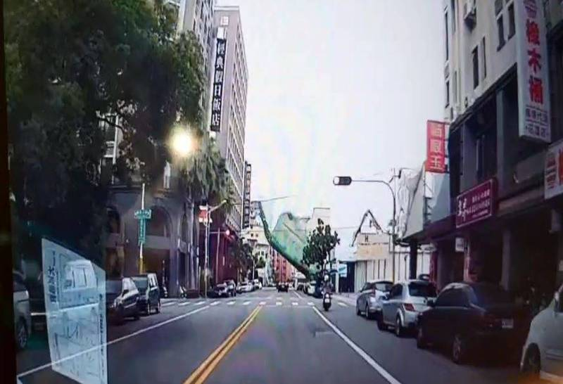 花蓮市國聯五路的漫波假期飯店近日正在進行拆除工程,未料今天下午3點多驚傳倒塌。圖為用路人行車紀錄器拍攝畫面。(民眾提供)