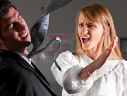 אישה סוטרת לגבר