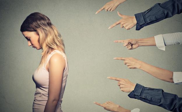 אצבעות מכוונות אל בחורה צעירה (צילום: ShutterStock ,ShutterStock)