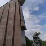 patung bendera Soviet dan tentara yang bertekuk lutut