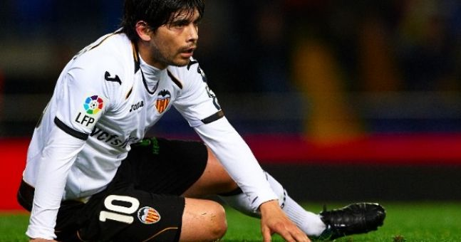 Valencia midfielder Ever Banega injured by parked car... seriously ...