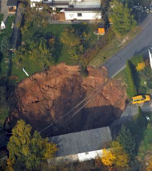 Cette doline est apparue en 2010 dans une zone résidentielle à Schmalkalden en Allemagne. Le trou faisait environ 20 mètres de profondeur mais personne n'a été blessé