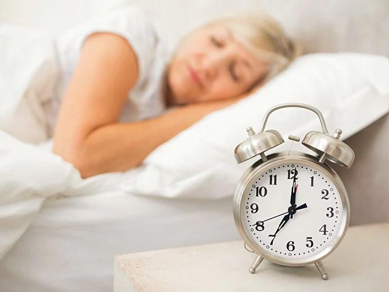 dt_151104_woman_sleeping_alarm_clock_800x600 Buat Kamu yang Kurang Tidur, Lakukan 6 Cara Ini Agar Tetap Segar Saat Bangun di Pagi Hari