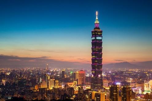 台北》捷運信義線象山夜景:約會好地方,擁抱亮晶晶的台北 (跨年101煙火推薦)