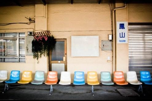 [火車環島] 鳳山車站,找到回憶中的彩色候車椅