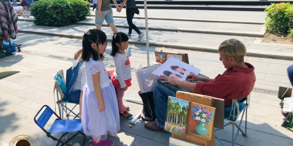 小日常│用畫像記錄孩子們的成長。台中綠園道街頭畫家