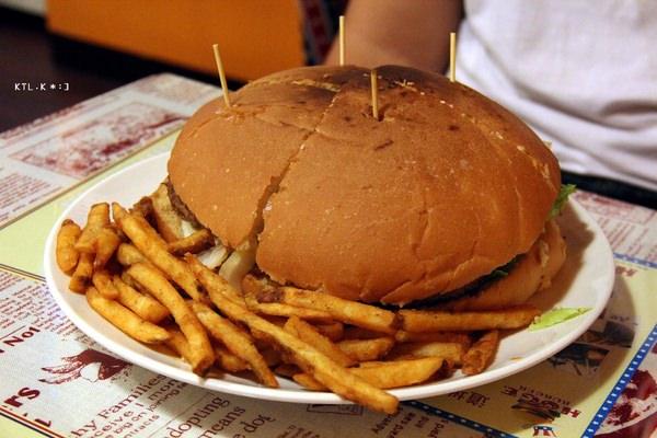 捷運劍潭站美食 HUGE BURGER 士林夜市俗擱大碗美式餐廳 便宜大份量 聚餐聚會 包場 生日慶生