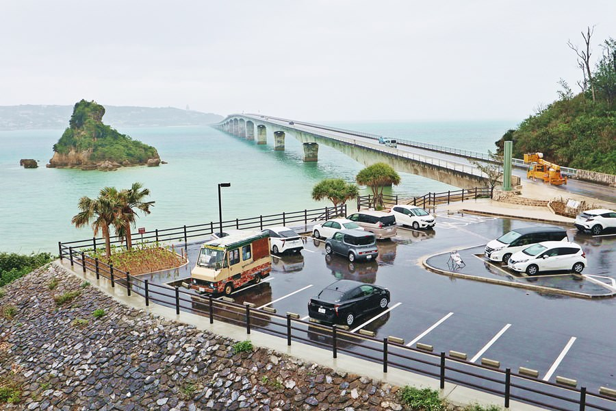 沖繩名護景點 古宇利大橋南詰展望所 美らテラス 前往古宇利島之前必來這觀景台眺望一下碧藍大海與好延伸的大橋 ♥ 也有美食餐廳可享用喔