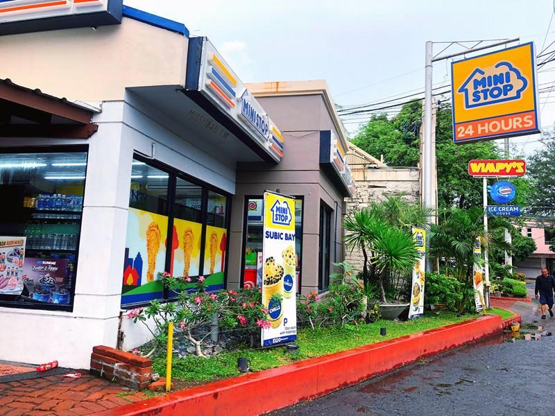 菲律賓美食 MINI STOP 24 HOURS 雖然只是一間24H的便利商店 但是有賣好吃的炸雞喔!