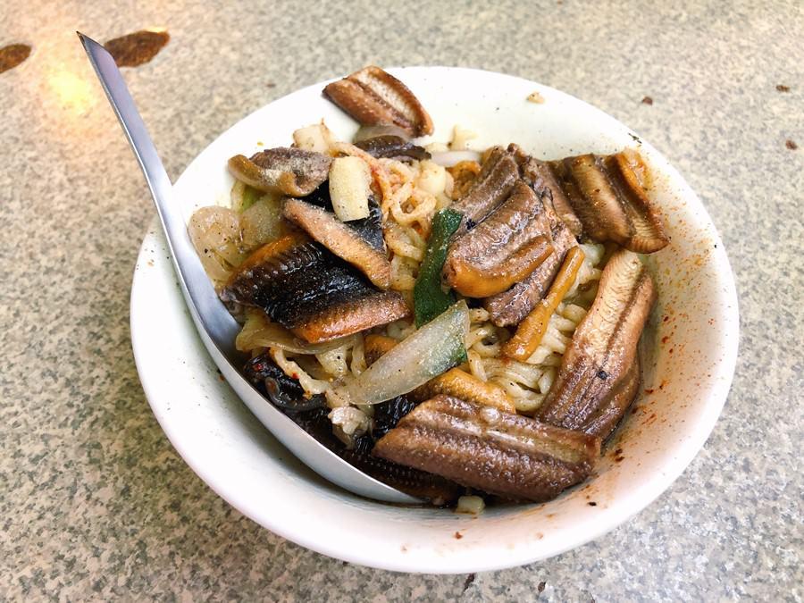 台南中西區美食 阿江炒鱔魚 不管平日假日都要排隊的生炒鱔魚 必吃小吃 最愛吃乾炒鱔魚意麵了!