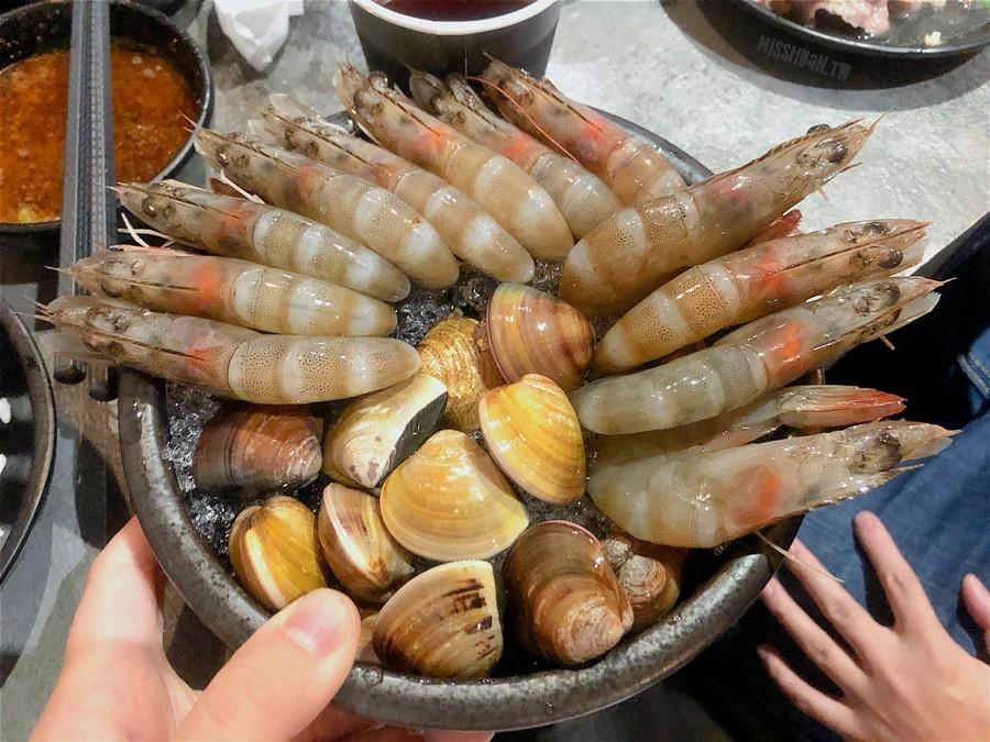 台中東區美食【嗑肉石鍋/十甲店】超大份量肉肉吃到爽!菜盤還可換肉喔!優惠活動多!