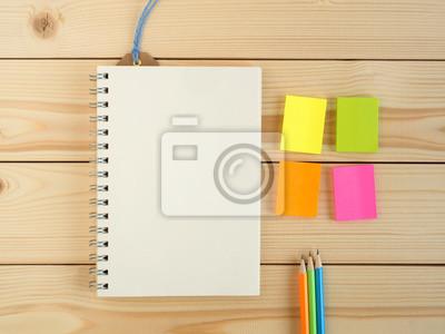 sticker livre vierge et crayon colore et bloc notes sur le bureau en bois