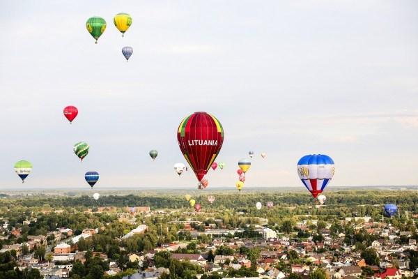 100 воздушных шаров в небе над Литвой. ФОТО