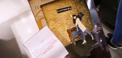 英國、倫敦 King's Cross Station 國王十字車站的九又四分之三月台.哈利波特我來了!