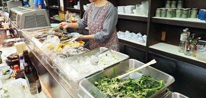 香川 商店街內排隊的日式自助餐.しるの店 おふくろ