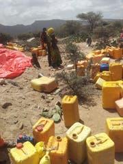 Hirten warten auf die Ankunft des Wassertank-Lastwagens. (Bild: David Signer)