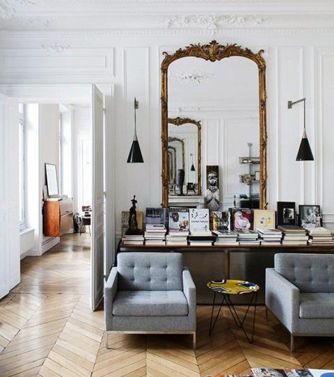 son salon avec des grands miroirs