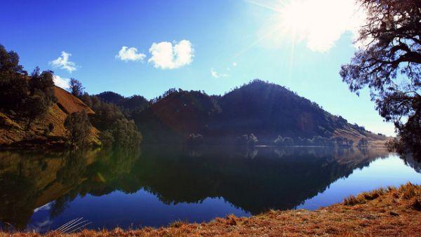 Ranu Kumbolo, danau di kaki Gunung Semeru (Foto: Adi  Sunaryo/Flickr)