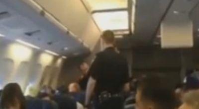 Petugas menurunkan penumpang yang bernyanyi (Foto: Sky News)