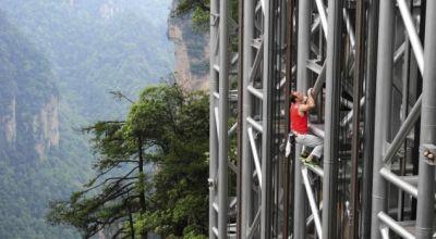 Casanova panjat lift (Foto: Reuters)