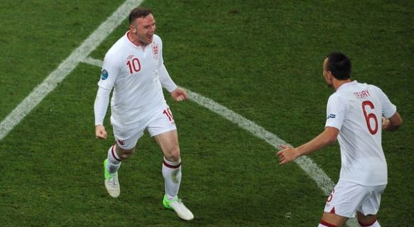 Wayne Rooney merayakan gol bersama John Terry. (Foto: Getty Images)