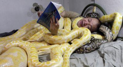 Pemilik kebun binatang bersama ularnya (Foto: Metro)