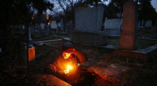 Tunawisma yang tidur di dalam kubur (Foto: Reuters)