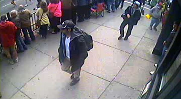 Tamerlan Tsarnaev (bertopi hitam) (Foto: AP)