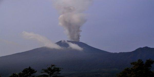 Gunung Slamet keluarkan abu (Foto: Antara)