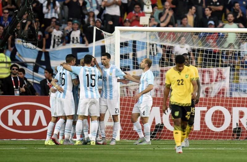 Selebrasi para pemain Argentina menyambut gol Higuain (foto: AFP)