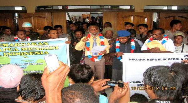 Forkorus Yaboisembut menyampaikan pidato di Pengadilan Negeri Abepura (Markus Haluk/Aktivis Papua)