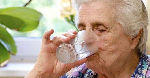 Image result for lansia minum air putih