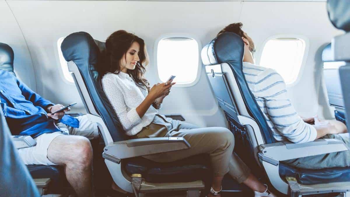 Será que os celulares são mesmo um risco dentro de aviões? Entenda