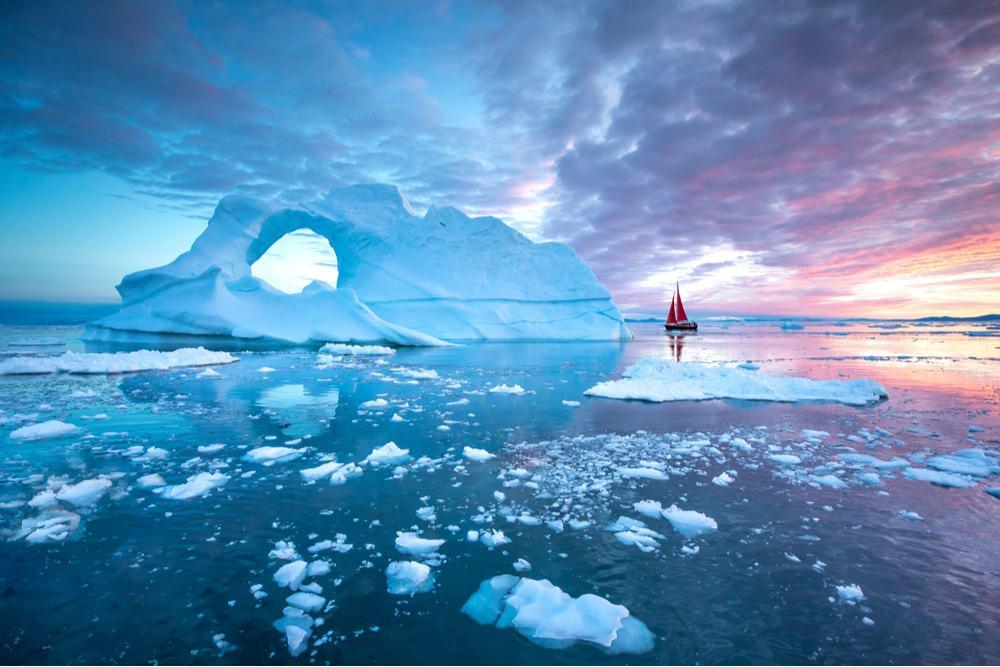 Imagem mostra gelo em região ártica, espalhado no mar. Situação vem ocorrendo graças à chuva que vem derretendo o gelo na Groenlândia