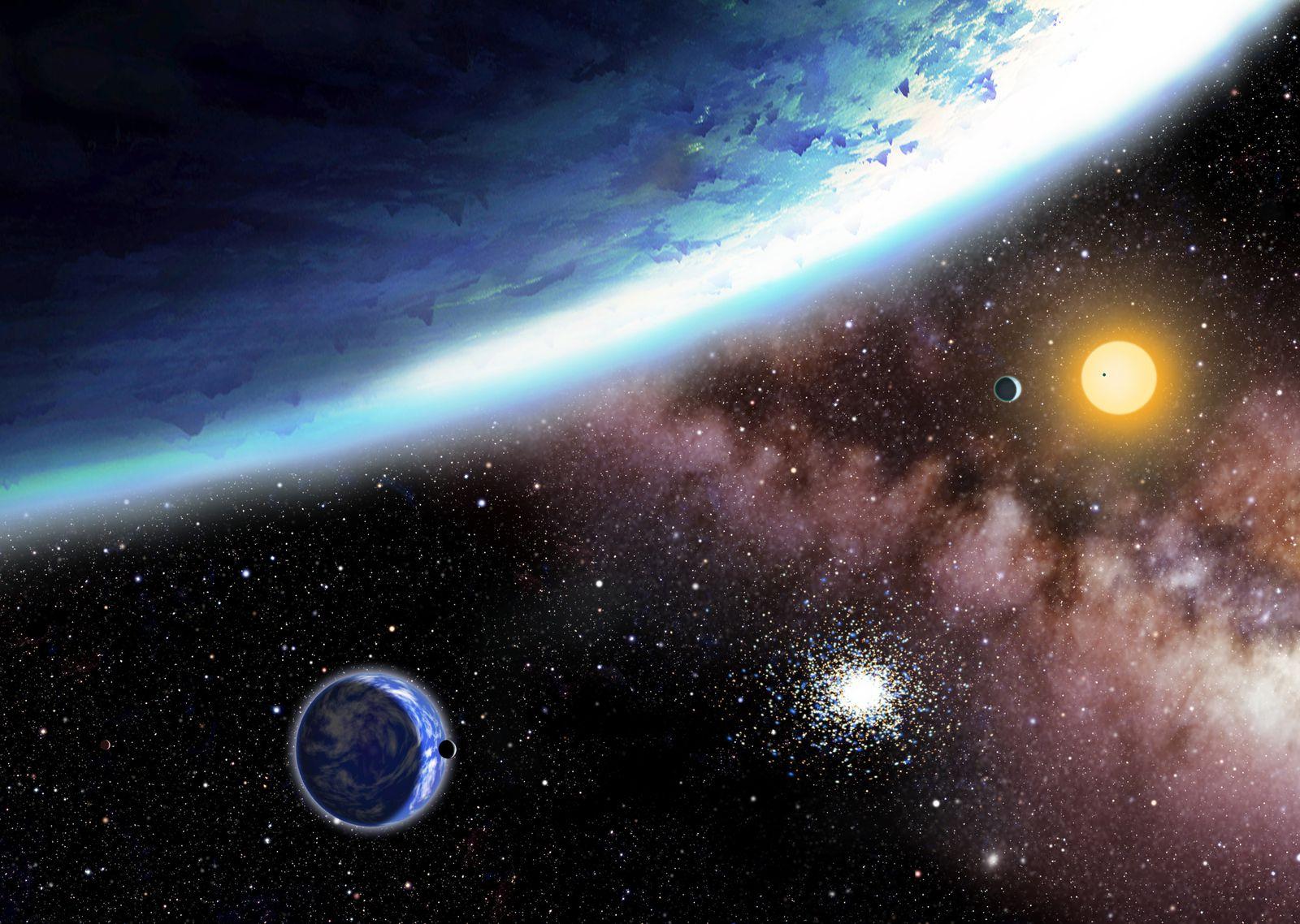 """Rappresentazione artistica del sistema Kepler-62. In primo piano, Kepler-62f, il più lontano dalla stella dei cinque pianeti, visibile solo parzialmente. Kepler-62e, in basso a sinistra, è mostrato in compagnia di un'ipotetica luna. <span class=""""di"""">Cortesia: David A. Aguilar (CfA)</span>"""