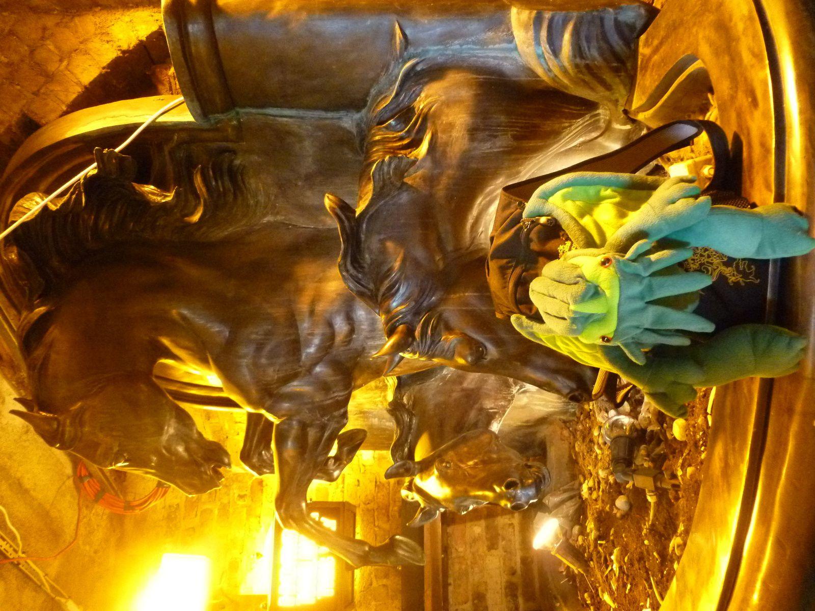 Cthulhu prend la pose devant les statues du Stables Market...