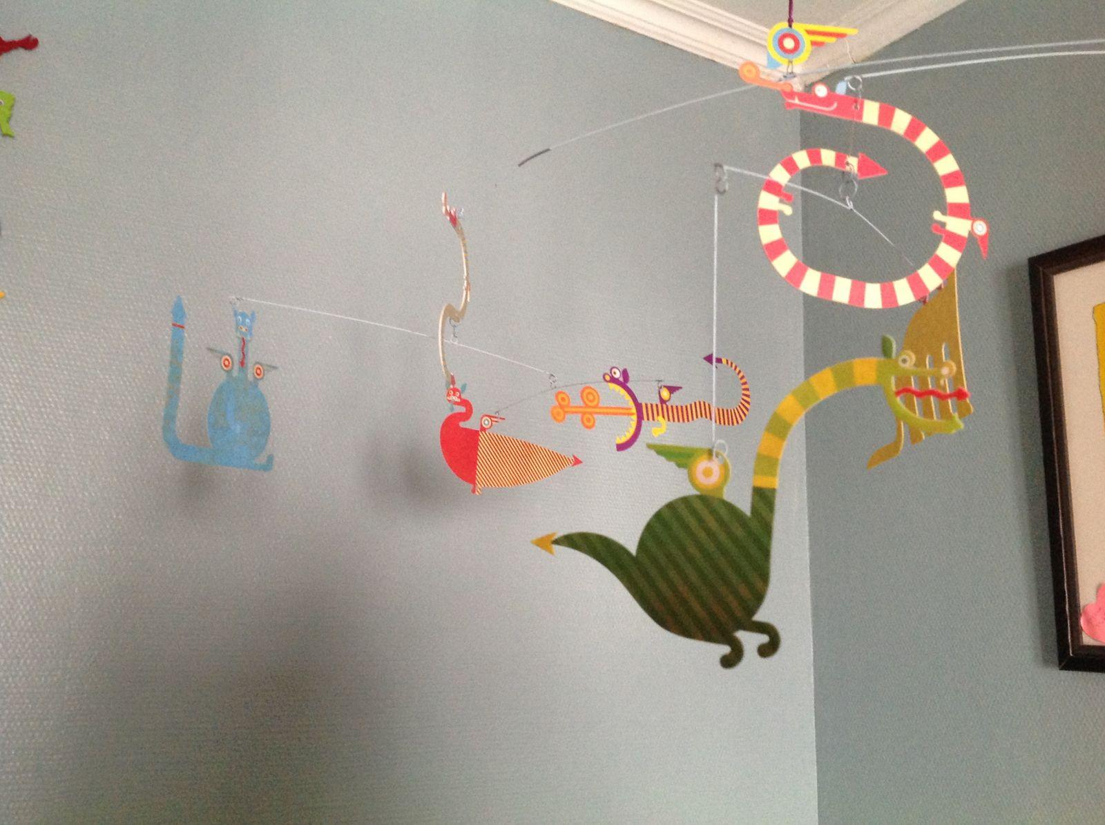 """Un chouette bouquin avec cd, un puzzle neuf, un jouet à trainer vintage (rebaptisé """"le jouet crapi"""" par Paul qui ne comprend pas vraiment le concept) et un mobile dragons (encore un!)"""