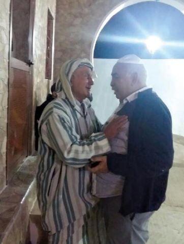 Ba Lahcen (à gauche) gardien du sanctuaire de Rabbi Amram ben Diwan depuis 64 ans.