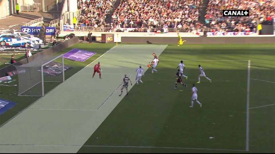 Lyon-Monaco : Second hors-jeu pour Monaco, non sifflé par l'arbitre central. En regardant plus pointilleusement, on remarque le retard de l'arbitre de touche sur l'action. But par la suite.