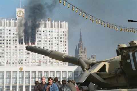 24 octobre 1993 : bombardement du Parlement russe qui ne veut pas des réformes Eltsine.