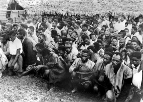 Des Malgaches détenus par l'armée française en 1947
