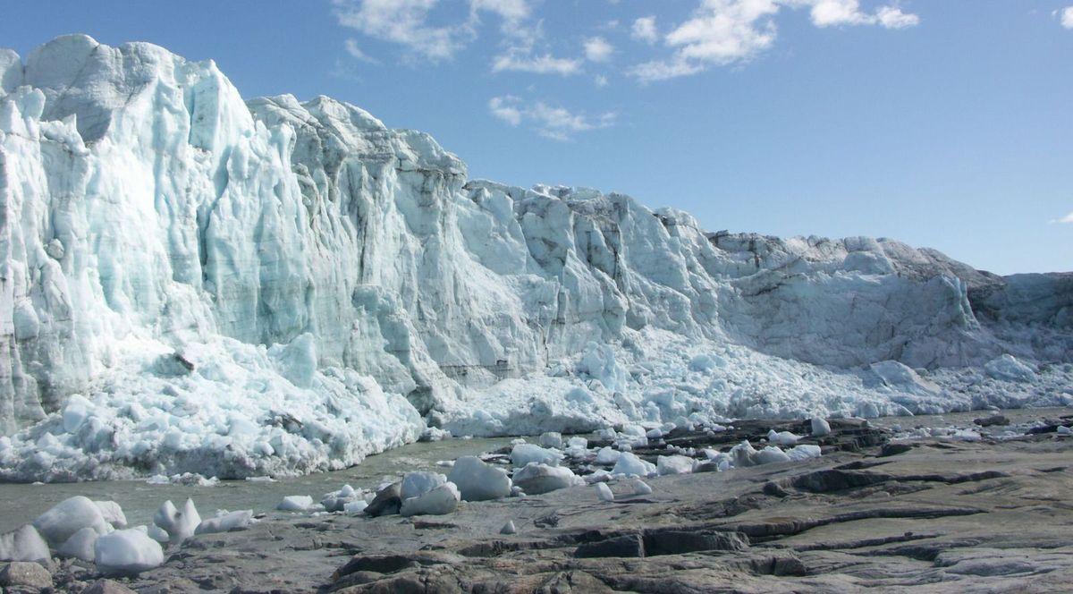 La calotte glaciaire du Groenland mesure plus de deux kilomètres d'épaisseur. Le Groenland est largement menacé par le réchauffement climatique. Si tout l'inlandsis venait à fondre, cela provoquerait une élévation du niveau de la mer de 7,2 m. © Algkalv, Wikipédia, DP