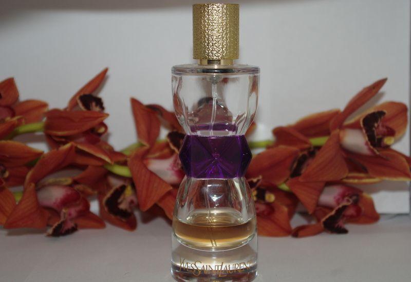 Dans le passage d'une femme, un parfum