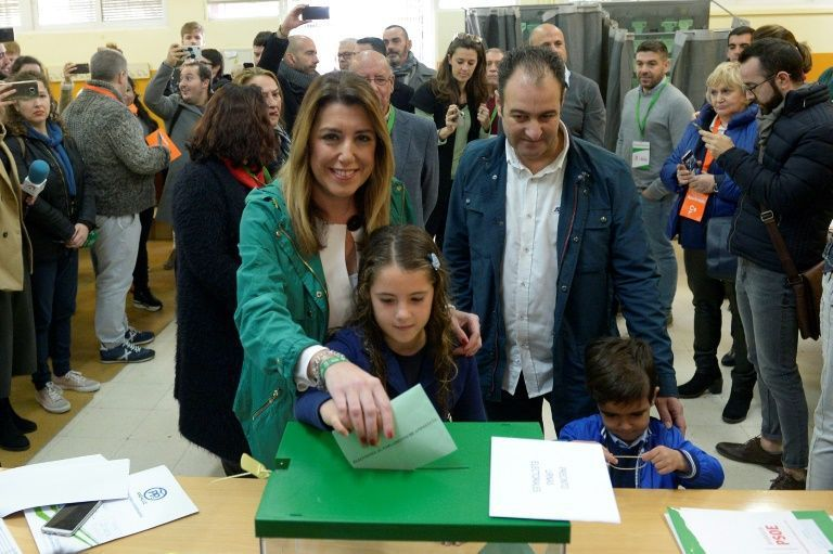 Susana Diaz, candidate du PSOE, vote en famille aux élections régionales en Andalousie, le 2 décembre 2018 à Séville