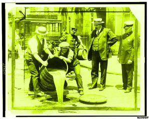 Le déversement de l'alcool prohibé, pendant l'interdiction aux Etat-Unis (source: Bibliothèque du Congrès, Wikipédia CC)