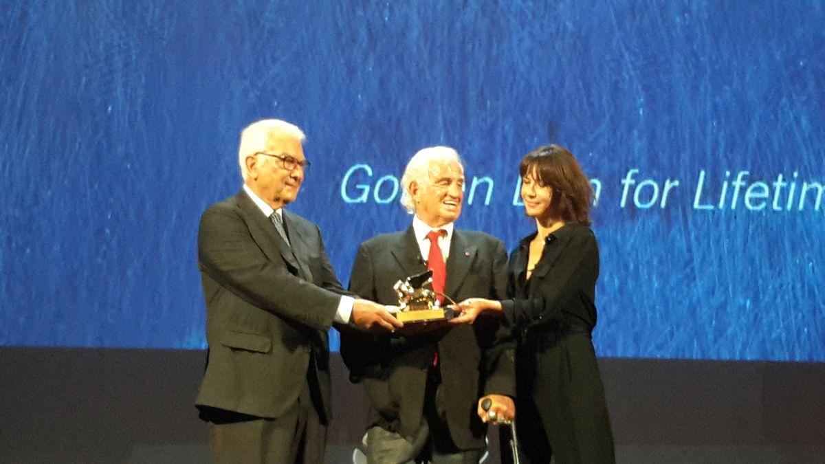 Jean-Paul Belmondo et Sophie Marceau lors de la remise du Lion d'or à Jean-Paul Belmondo pour l'ensemble de sa carrière.