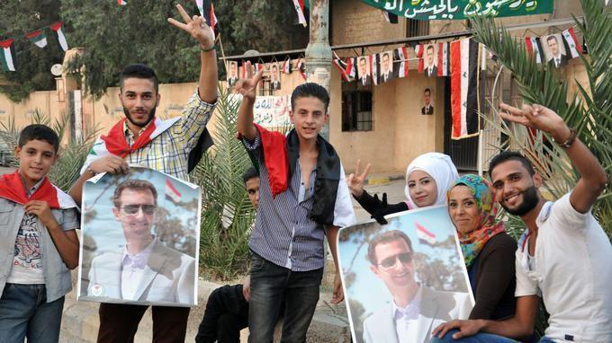 Les habitants des quartiers gouvernementaux libérés à Deir ez-Zor célébrant la victoire de l'armée syrienne le 05/09/2017.  © AFP.